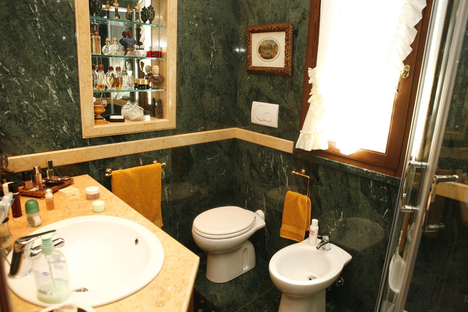 Bagni in marmo lavorazione marmo roma cesaroni - Rivestimenti bagno classici ...