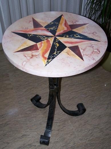 tavolo-di-legno-in-finto-marmo